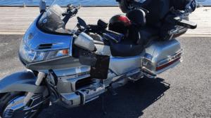 Honda Gold Wing moottoripyörä satamalaiturilla